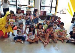 """Com a presença de dezenas de crianças, """"Dia da Leiturinha"""" é realizado pela Papelaria ABC em São Gotardo"""