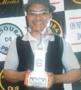 Cabeleireiro recebendo a premiação do Tesoura de Prata (Foto: Elias Oliveira)