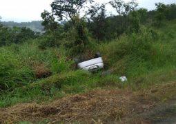 Carro capota na BR-262, no município de Ibiá e três pessoas ficam feridas