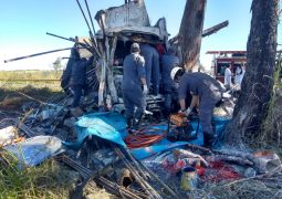 Motorista de caminhão fica preso às ferragens em acidente na BR-354