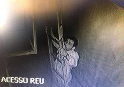 Câmeras de segurança flagram homem furtando o Fórum de São Gotardo