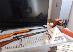 PM de Tiros apreende armas e recupera materiais furtados. Três pessoas foram presas durante a ocorrência