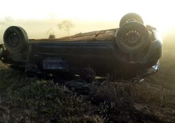 Motorista de São Gotardo fica ferido após veículo capotar na BR-354