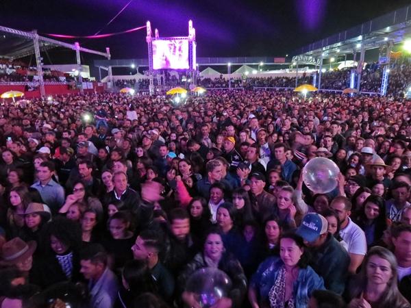 Multidão lotou o Parque de Exposições de São Gotardo (Foto: SG AGORA)
