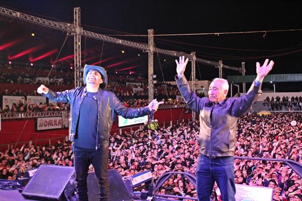 Tamio Sekita e Mano Walter no palco da FENACEN 2019 (Foto: SG AGORA)
