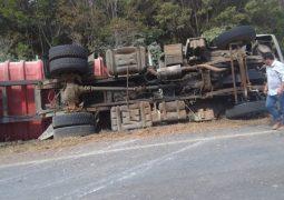 Caminhão tomba em rodovia entre São Gotardo e Matutina
