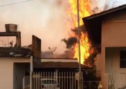 Incêndio próximo ao perímetro urbano de São Gotardo quase atinge casas e comércios da cidade