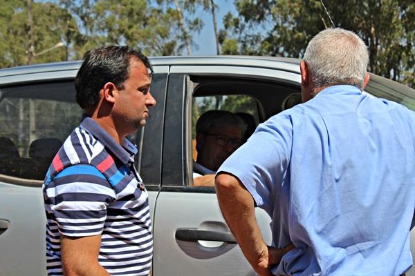 Prefeito do Rio Paranaíba compareceu ao local e concordo com a proprietária do terreno (Foto: SG AGORA)