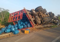 Motorista morre após caminhão carregado de gás tombar na curva do Belvedere na BR-354