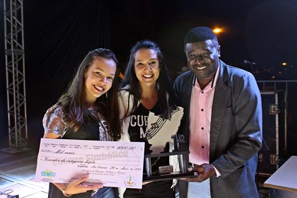 Giovana Andrade e Karoline recebendo o prêmio de melhor dupla sertaneja de São Gotardo (Foto: SG AGORA)
