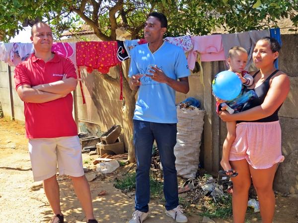 Famílias recebendo as doações (Foto: SG AGORA)