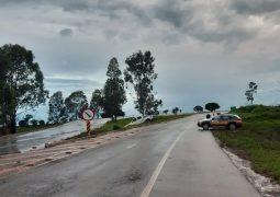 Veículo de São Gotardo aquaplana, roda na pista e bate em barranco da BR-354