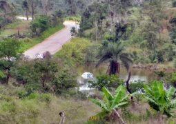 Na BR-354 em São Gotardo, veículo aquaplana e cai dentro de lagoa às margens da rodovia