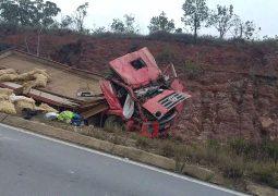 Jovem motorista de São Gotardo fica gravemente ferido após caminhão tombar na BR-494 em São João Del Rei