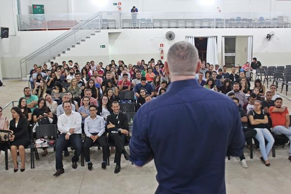 Alunos ficaram atentos a palestra do Autor e Ex-Procurador da Justiça Rogério Greco (Foto: SG AGORA)