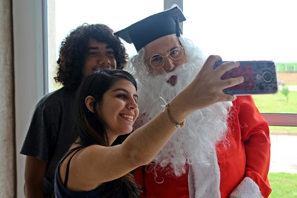 Alunos foram surpreendidos com a visita do Papai Noel (Foto: SG AGORA)