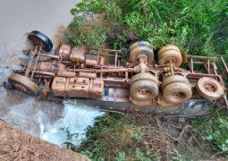 Homem morre após caminhão cair em córrego, em Tapira/MG