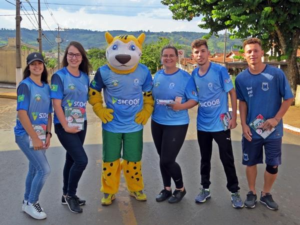 Mascote e Wiki e equipe organizadora da Copinha (Foto: SG AGORA)