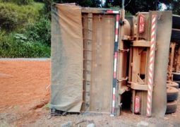 Caminhão/Trator que seguia para São Gotardo tomba na MG-230