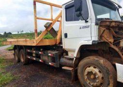 Caminhão com placas de São Gotardo, derrapa e sai da pista na BR-354