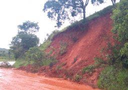 Chuva constante provoca desabamento na MG-235 em São Gotardo. Pista já foi liberada