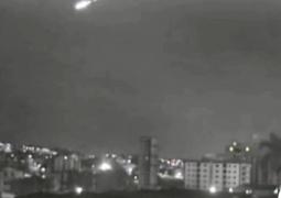 Câmera de Canal de TV de Patos de Minas registra possível explosão de meteoro no céu. Estrondo também foi ouvido em São Gotardo