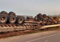 Conjunto Veicular capota e motorista morre na BR-354