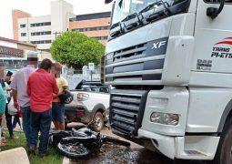 Motorista passa mal e carreta invade Praça no Centro de São Gotardo