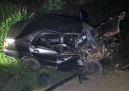 Motorista fica ferido após perder controle, invadir contra mão e bater em caminhão na BR-354 em Rio Paranaíba