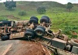 ATUALIZADA: Carreta não consegue fazer curva e cai em perigosa ponte da MG-235 em São Gotardo. Motorista acaba preso por embriaguez