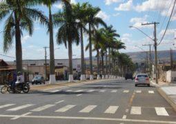 Dupla em moto rouba malote com dinheiro em frente a banco no Centro de Ibiá