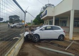 Jovem embriagado perde o controle do carro e bate no grupamento da PM na BR-354