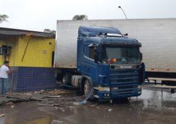 Carreta invade posto da PRF na BR-365 em Patos de Minas