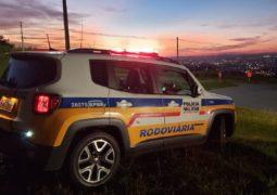 """PMR flagra """"racha"""" na MG-235 em São Gotardo e dois condutores são presos"""