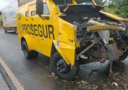 Batida entre carreta e carro forte deixa três pessoas feridas na BR-354, em Lagoa Formosa