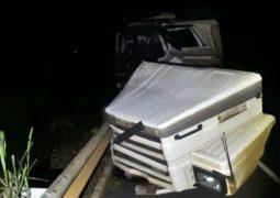 PMR registra acidente na BR-354 envolvendo combinação veicular de São Gotardo
