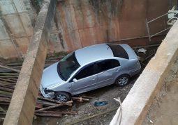 Veículo cai em ponte em curva do Balneário em São Gotardo