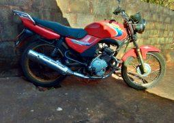 Motocicleta furtada em Patos de Minas é localizada em São Gotardo e três pessoas são presas