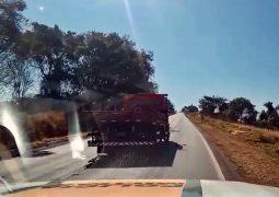 """Caminhão """"ziguezagueando"""" é flagrado pela PMR na MG-235 em São Gotardo"""