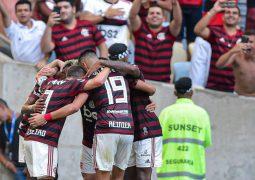 Flamengo goleia Corinthians e mantém vantagem na ponta do Brasileiro